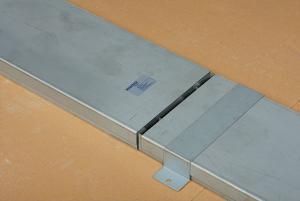 fase di montaggio canali per impianto a pavimento woertz