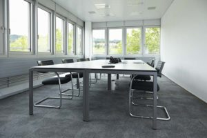 ufficio con impianti filo pavimento e torretta di derivazione woertz
